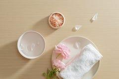 Badekurorteinstellung des Salzes, Tuch, Blume auf Platte auf hölzernem Hintergrund mit Kopienraum relax Abschluss oben Beschneidu lizenzfreies stockfoto