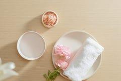 Badekurorteinstellung des Salzes, Tuch, Blume auf Platte auf h?lzernem Hintergrund mit Kopienraum relax Abschluss oben Beschneidu lizenzfreies stockfoto