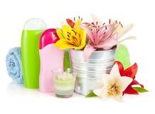 Badekurorteinstellung mit bunten Lilienblumen Lizenzfreie Stockfotografie