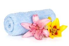 Badekurorteinstellung mit bunten Lilienblumen Lizenzfreie Stockfotos