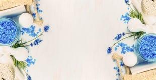 Badekurorteinstellung mit Lavendelblumen, Seesalz und Wellnesswerkzeugen auf hellem Hintergrund, Draufsicht stockfotos