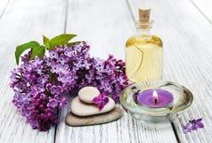 Badekurorteinstellung mit lila Blumen stockfotografie