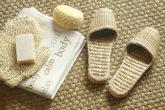 Badekurorteinstellung mit Pantoffeln, Tuch und Seife Stockfotos