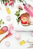 Badekurorteinstellung mit rosa Rosen und Aroma ölen, Weinleseart lizenzfreie stockbilder