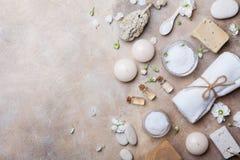 Badekurorteinstellung von Körperpflege und Schönheit threatment Produkten mit Blumen auf Draufsicht des Steinhintergrundes Gesund stockfotografie