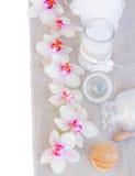 Badekurorteinstellungen mit rosa orchideas und Aromakerze Lizenzfreies Stockbild