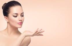 Badekurortfrau mit perfekter Haut