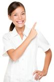 Badekurortfrauenangestellter, der auf weißes backgroud zeigt Stockbilder