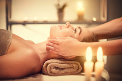 Badekurortgesichtsbehandlung Massage Brunettefrau, die entspannende Gesichtsmassage genießt lizenzfreie stockfotografie