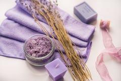 Badekurorthintergrund, Kerze in einer Untertasse mit Salzbädern und Zweige des Lavendels lizenzfreie stockfotografie