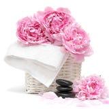 Badekurortkonzept mit Blume, Tuch und Steinen Lizenzfreies Stockbild