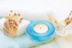 Badekurortkonzept mit einer Kerze stockfotografie