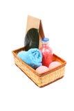 Badekurortkonzept mit Flasche rosa Badesalze ein blaues Tuch, Papiertüte und zwei rosa Salzbälle Lizenzfreie Stockbilder