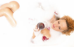 Badekurortkonzepte Sinnliche anziehende sexy kaukasische blonde Frau in der schäumenden Badewanne Stockfotos