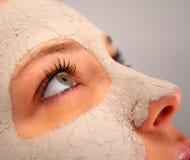 Badekurortlehmschablone auf dem Gesicht einer Frau Stockfoto