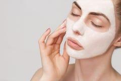 Badekurortmädchen, das Gesichtsmaske anwendet Lizenzfreies Stockbild