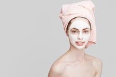 Badekurortmädchen, das Gesichtsmaske anwendet Lizenzfreies Stockfoto