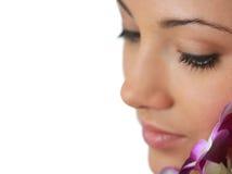 Badekurortmädchen mit Orchideeportrait Stockfoto