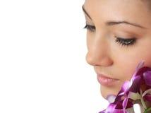Badekurortmädchen mit Orchideeportrait Lizenzfreies Stockfoto