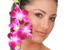 Badekurortmädchen mit Orchideeportrait lizenzfreie stockbilder