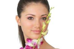 Badekurortmädchen mit Orchideeportrait Stockbilder