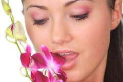 Badekurortmädchen mit Orchideeportrait Stockfotografie
