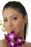Badekurortmädchen mit Orchideeportrait Lizenzfreie Stockfotografie