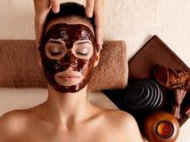 Badekurortmassage für Frau mit Gesichtsschablone auf Gesicht Stockbild