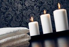 Badekurortmassage-Grenzhintergrund mit dem Tuch gestapelt und den Kerzen lizenzfreie stockbilder