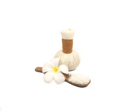 Badekurortmassage-Kompressenbälle, Kräuterball auf Weiß, Thailand Lizenzfreie Stockfotos