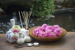 Badekurortmassage-Kompressenbälle, Kräuterball mit treaments Badekurort und Lotos, Thailand, Weichzeichnung Stockbild