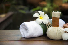 Badekurortmassage-Kompressenbälle, Kräuterball auf dem hölzernen mit treaments Badekurort, Thailand, Weichzeichnung Lizenzfreie Stockbilder