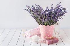 Badekurortmassageeinstellung, Lavendelprodukt, Öl auf hölzernem Hintergrund stockfoto