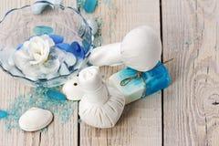 Badekurortmassageeinstellung mit thailändischer Kräuterkompresse stempelt. Stockfotografie