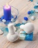 Badekurortmassageeinstellung mit thailändischer Kräuterkompresse stempelt. Stockfoto