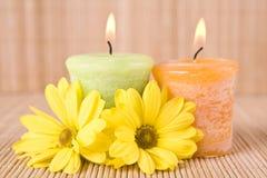 Badekurortmotiv mit Blumen und Kerze Stockbilder