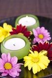 Badekurortmotiv mit Blumen und Kerze Lizenzfreies Stockbild