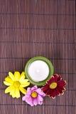 Badekurortmotiv mit Blumen und Kerze Lizenzfreie Stockfotos