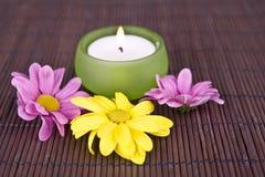 Badekurortmotiv mit Blumen und Kerze Stockfotos