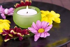 Badekurortmotiv mit Blumen und Kerze Lizenzfreies Stockfoto