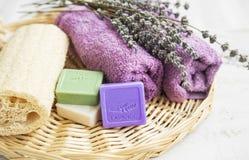 Badekurortprodukte mit Lavendelseife, -blumen und -tüchern Stockfotos