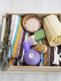 Badekurortprodukte mit Tüchern, Luffa, Badesalze und Seifen Lizenzfreie Stockfotos