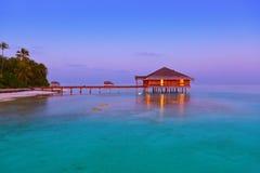 Badekurortsaal auf Malediven-Insel stockfotos