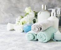 Badekurortsatz auf einer weißen Marmortabelle mit einem Stapel Tüchern, selektiver Fokus Stockfotografie