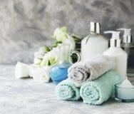 Badekurortsatz auf einer weißen Marmortabelle mit einem Stapel Tüchern, selektiver Fokus Stockfoto