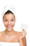 Badekurortschönheitsfrau, die Visitenkarte zeigt Stockbilder
