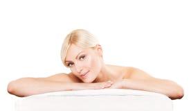 Badekurortschönheitshaut-Behandlungsfrau auf weißem Tuch Stockbild