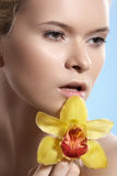 Badekurortschönheit mit Orchideenblume, Wellness, Hautpflege, schönes Gesicht Stockfotografie