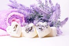 Badekurortseifenherzen mit einem Lavendel blüht Lizenzfreies Stockbild