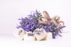 Badekurortseifenherzen mit einem Lavendel blüht Stockfotos